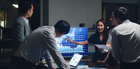 Equipe analisando gráficos representando a continuidade dos negócios na nuvem.