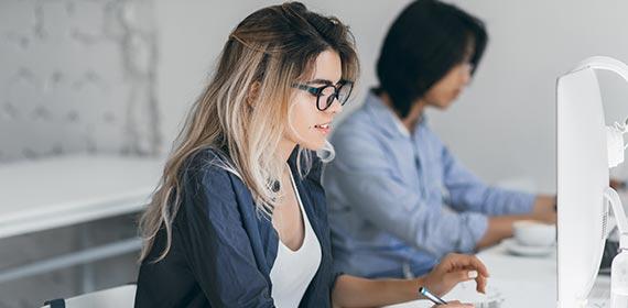 Mulher trabalhando em escritório.