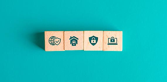 Imagem com ícones em madeira representando proteção de dados na nuvem.