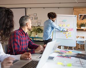 Equipe debatendo o uso de serviços em cloud.