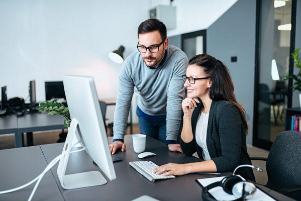 Técnico prestando serviço de consultoria em cloud para uma empresária.